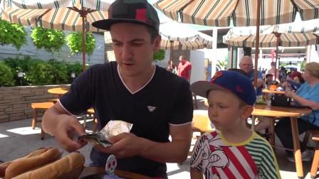 萌娃小可爱和爸爸来街边餐厅吃饭,这里的热狗面包好大啊,萌娃:宝宝吃不完!