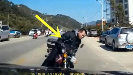 嚣张摩托车男竟然故意撞上我的车,并且做出了极其肮脏的手势!