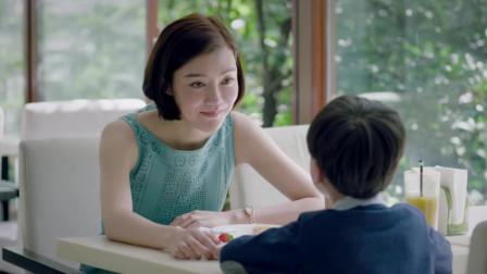 孩子把抹茶味马卡龙放进口袋,妈妈立马阻止,可男孩一句话戳心了