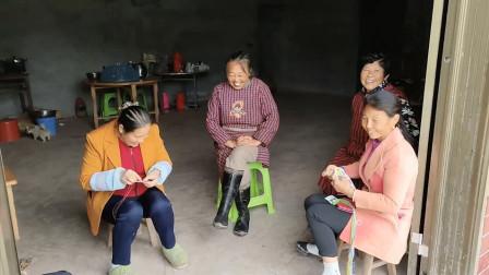 幺妹到处寻找妈妈的身影,二姐家的根据地一看,一群人聊得好欢乐