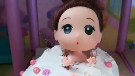小猪佩奇吃面包,发现小公主没衣服穿,用面包给做了一个裙子