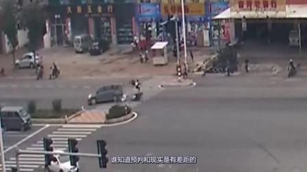 愚蠢摩托车飞速闯红灯,撞上面包车后展示中国功夫,太刺激