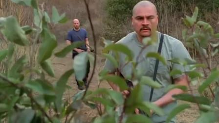 许德拉:男子发现草丛有动静,好奇上去查看,不料却把自己害!
