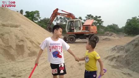 萌娃小可爱们终于见到真的挖掘机了们,小家伙最喜欢挖掘机了!萌娃:宝宝好想试一下呀
