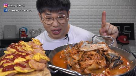 """韩国吃播:""""泡菜炖秋刀鱼+鸡蛋煎香肠"""",搭配米饭,吃得真馋人"""