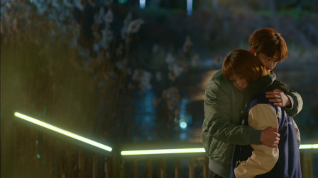 举重妖精金福珠:小哥哥心疼抱住痛哭小姐姐,怀抱里的安慰,真是太暖心了