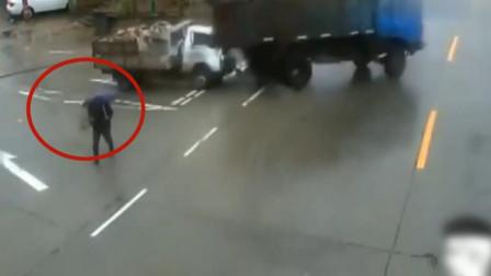 雨天男子过马路,接下来的一幕,让大难不死的他也蒙圈了