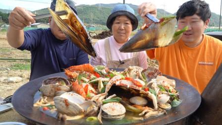 朴实的一家人用各种贝壳、虾、豆腐煮的海鲜豆腐锅