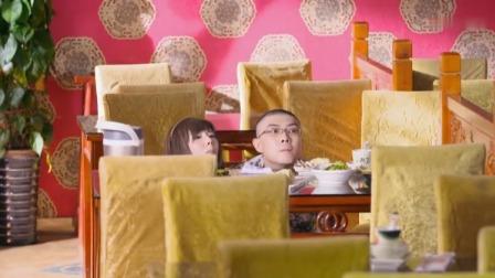 爱的速递:小情侣正在吃饭,男友突然看到大春,吓的往桌子底下躲
