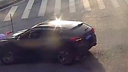 【重庆】监拍:环卫工人弯腰清理垃圾时被小车撞倒