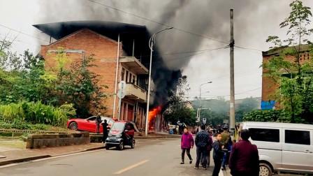 【重庆】重庆一民房发生火灾 现场火势凶猛浓烟冲天
