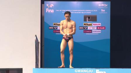 马来西亚选手背向泳池跳水,水花窜起3米高,教练无奈一笑!