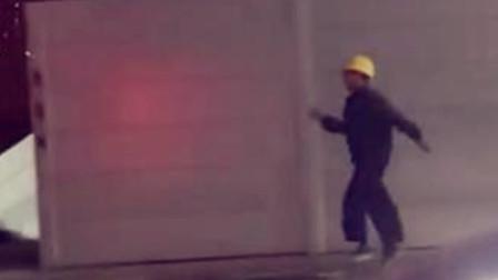 【重庆】男子戴安全帽马路边蹦跳向前 这一幕引网友共鸣莫名感动