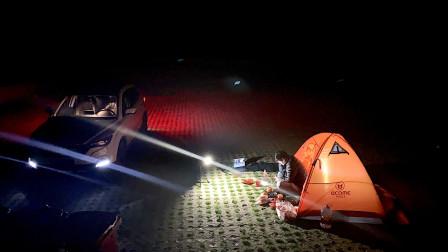 西安小伙翻过秦岭在210国道旁露营,一辆车一个帐篷,饿了吃泡面