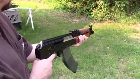突击步枪的后坐力有多大?老外两只手都有点控制不住了!