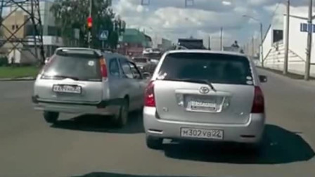 在十字路口处一辆小面包车车速快,撞到旁边的小车,发生事故