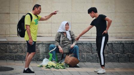 当卖菜老奶奶被陌生小伙欺负,有路人做出了这样的举动!