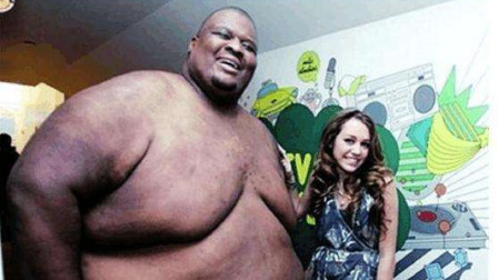 美国相扑界的人形肉墙亚伯勒娶到小20的娇妻却在53岁离世