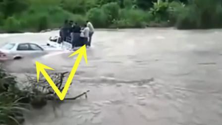 皮卡车司机作死载了满满一车人渡河,没想到刚到半路悲剧就发生了