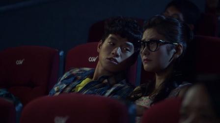 小伙跟女友去看電影一門心思想使壞網友真不要臉