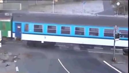 货车司机已看到火车来临,他还逞强往前冲,监控拍下这画面
