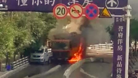【重庆】重庆一货车发生自燃 疑因下坡急刹所致