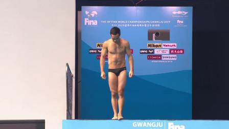"""外国选手跳水失误半躺入水,水花大如""""瀑布"""",解说:鱼要涨价了"""