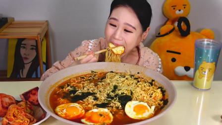 韩国大胃王卡妹,吃香辣海带拉面、午餐肉、泡菜,吃的太过瘾了