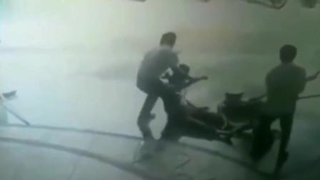 监控拍下工人三个正在施工,下秒直接倒地不起