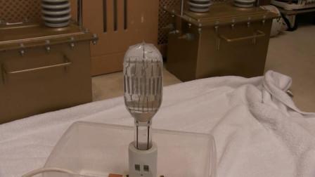 往通电的灯泡里注水会发生什么?老外好奇操作,结果尴尬了