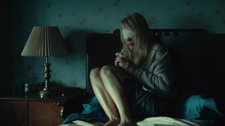 一部悬疑到爆的电影,美女失明后,晚上总感觉有人在摸她!