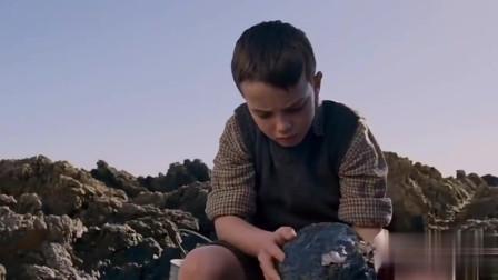 小男孩从水里捡起来一个蛋,打开后。。。