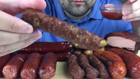 吃播:俄罗斯吃货大叔试吃俄式烤肉肠,蘸上番茄酱,吃起来超级香!