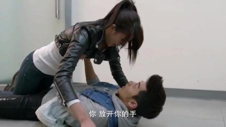 女孩意外跌倒,小伙用双手撑起整个身体,好样的!