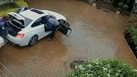 宝马女司机刚到家,突然不对劲,荒唐的画面发生了