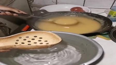 用玉米面和淀粉做的美食,放到水里后,瞬间成型了!