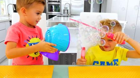 萌娃小可爱和哥哥进行了一场有趣的泡泡大战,两个小家伙可真是顽皮呢!