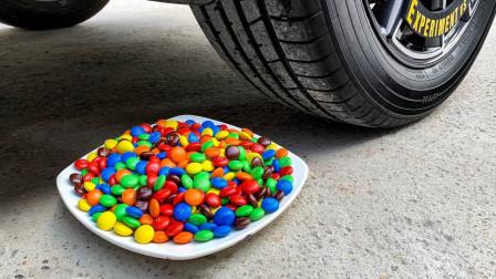 牛人把巧克力豆和小汽车放在车轮下,勿模仿