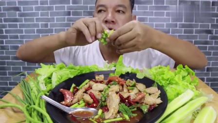 吃播:泰国吃货大叔试吃泰式辣拌乳猪肉,配上生鲜蔬菜,吃得贼香!