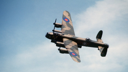 配备4具劳斯莱斯引擎,击沉德国不死战列舰,传奇老兵兰开斯特轰炸机