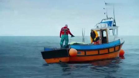 影视:男子捕获鲨鱼,还割下鲨鱼鱼鳍,可随后一群鲨鱼出现了