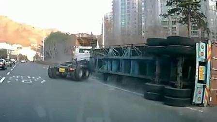 后面大货车想要超车,却与身旁的大货车相撞,路人也被殃及
