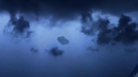 乌云密布下,男子拍下空中巨型UFO画面,这种形状还是第一次见