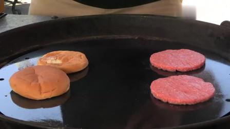 放了两层肉饼的芝士汉堡,看着好有食欲