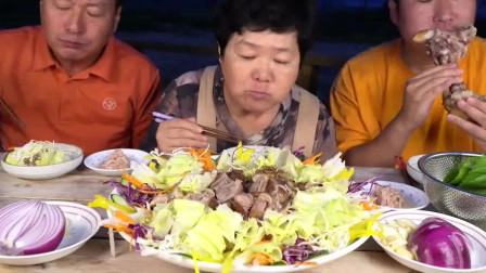 韩国一家三口日常吃播,猪肘子肉配蔬菜沙拉,生吃洋葱才够味!