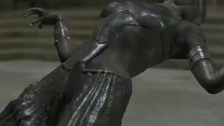 吸血鬼女王被吸了一口,身体石化成雕像,化为灰烬