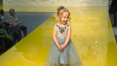 小女孩走秀走到一半,突然掀起了自己裙子,观众顿时不知所措!