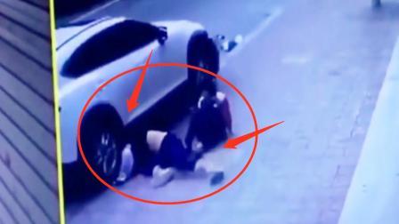 白色汽车失控撞倒行人,推行数米两名男子钻入车底,成功自救