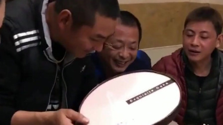 小伙子今天过生日,结果蛋糕一打开,长辈们都愣住了!