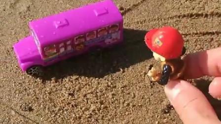 小小强不想上幼儿园,校车已经来了,光头强赶他去上学!